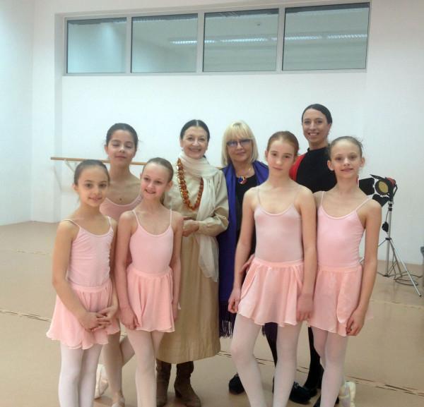 Karla Fraci sa malim balerinama