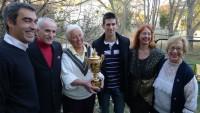 Jelena Genčić sa porodicom i Novakom Đokovićem i njegovim zlatnim Vimbldonskim peharom